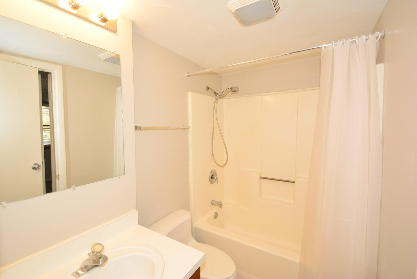 $1100 Three bedroom Apartment for rent