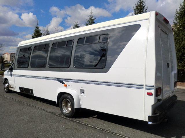 2006 Ford E450 25 Seat Shuttle Bus w/ Rear Luggage