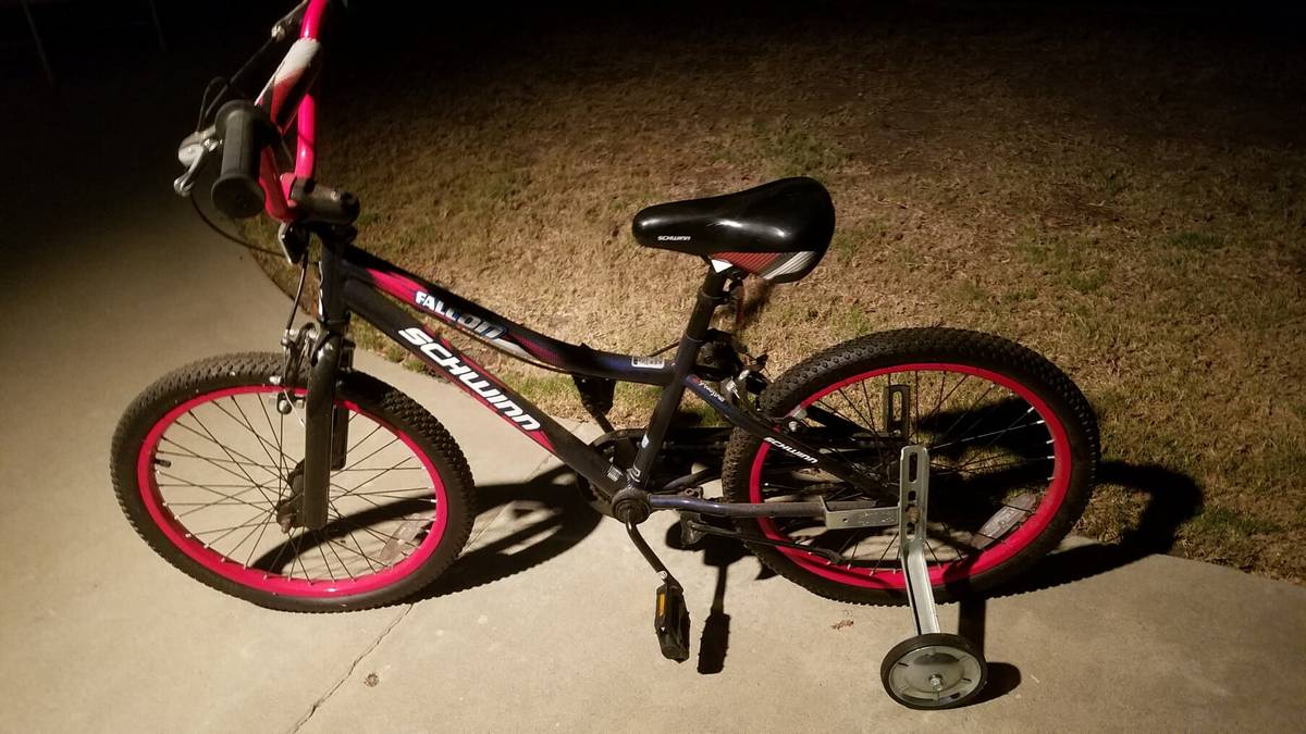 """Schwinn Falcon 20"""" Bicycle Girls with Training Wheels. Excellent shape."""