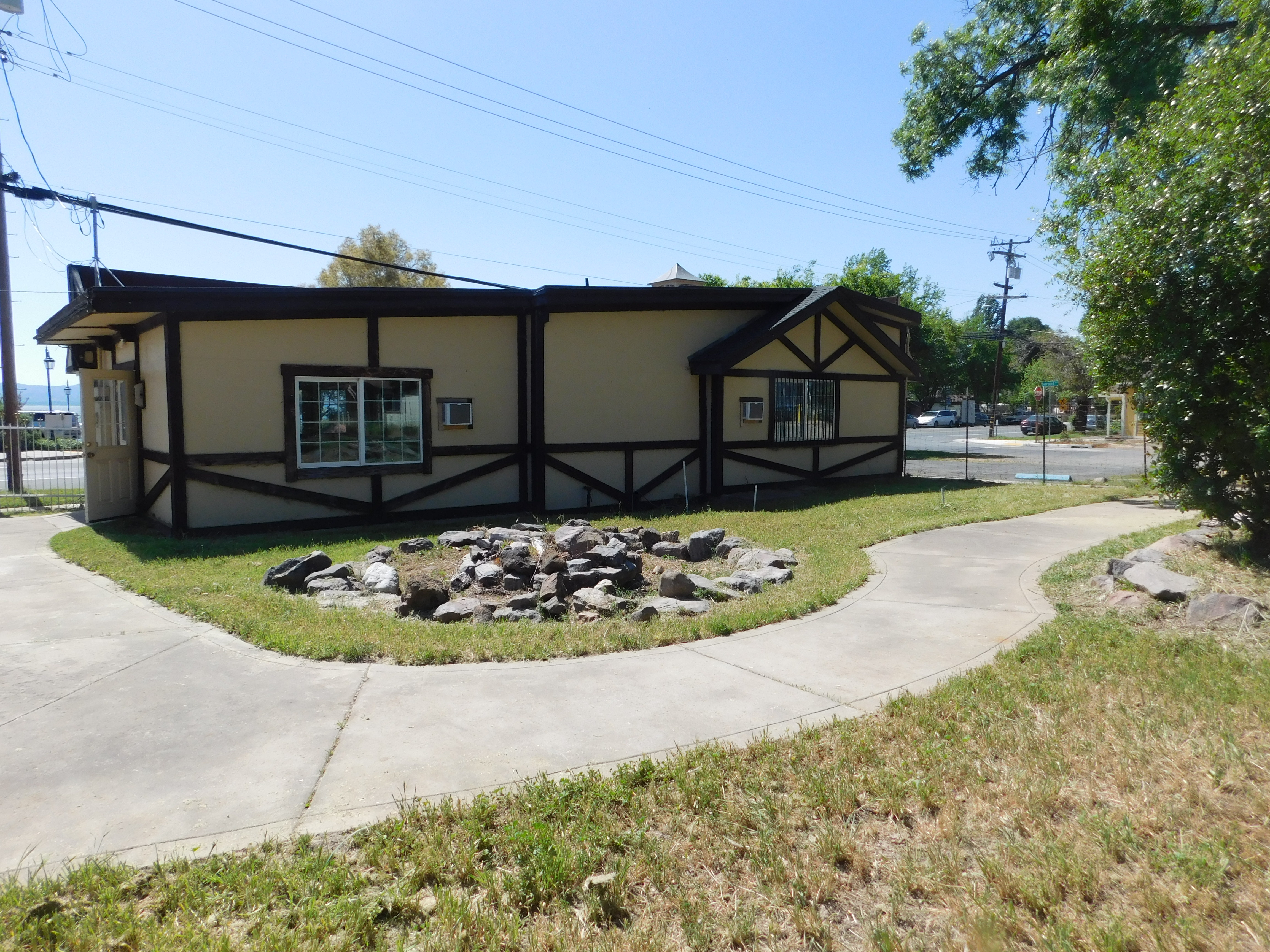 2 Retail spaces, $500 ea, Units A&B at prime Hwy 20 location for LEASE (Lucerne)