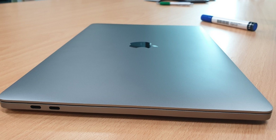 MacBook Pro 13 retina 2016. 2.9 GHz Intel Core i5, 256 GB ssd 8 GB ram.