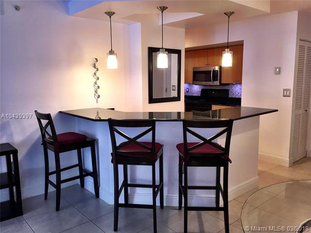 Miami Beach: 1/1.5 Ocean front apartment (Collins Ave., 33141)