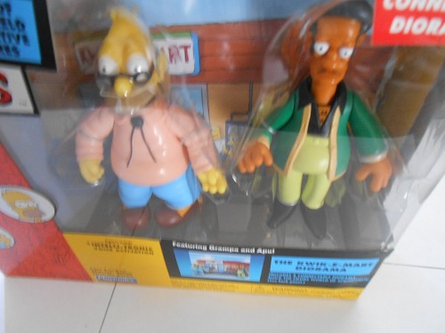THE SIMPSONS DIORAMA THE KWIK-E-MART PLAYMATES WITH GRAMPA AND APU FIGURES