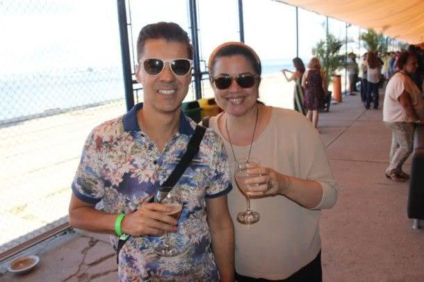 O designer Gilson Martins e uma amiga (Foto: Zeca Santos)