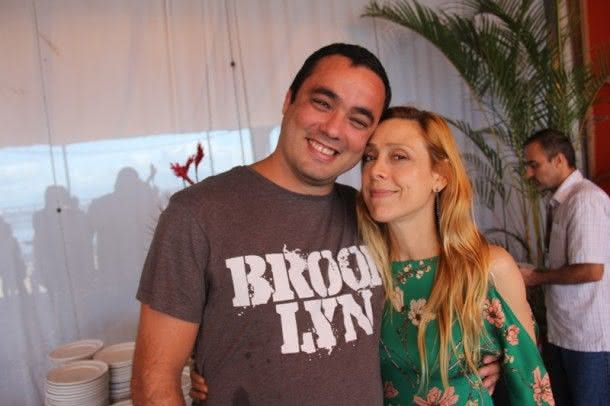 Cavi Borges ao lado de uma amiga (Foto: Zeca Santos)