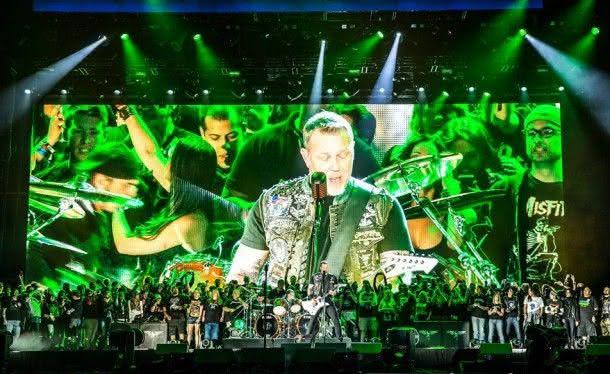 Metallica e seus fãs no palco do Rock in Rio USA