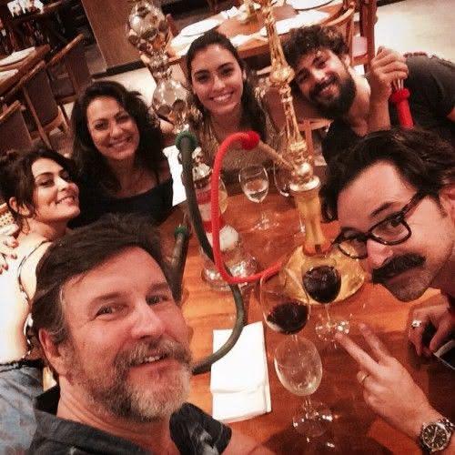 """Bruna Caram (centro) posa com o elenco de """"Dois Irmãos"""", em foto publicada no Instagram da atriz. Na legenda: """"Jantar-brimo-da-firma ontem ❤️❤️❤️ Depois do longo árduo lindo dia de gravação! #DoisIrmãos #miltonhatoum #LuizFernandoCarvalho + Cauã [Reymond],Emilio [Orciollo Neto], [Antonio] Calloni, Ju [Paes, Êli Jardini"""