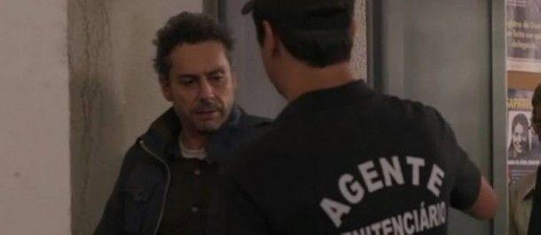 O momento em que o personagem Romero tenta se livrar da revista no presídio (Foto: TV Globo)