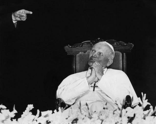 Evandro Teixeira. O Papa e a mão de Deus. Belém, Pará,1980. Fotografia processo gelatina