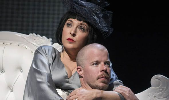 "Ann OBerman e Stephen Wight como Isabella Blow e Alexander McQueen em ""McQueen"" (foto: Reprodução)"