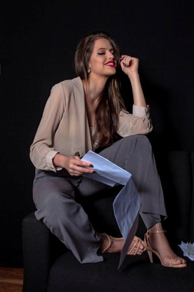 Blusa Karamello (R$ 139,90) | Pantalona Karamello (R$ 219,90) | Sandália Carmen Steffens ( acervo da produção) | Anel de brilhantes Tereza Xavier (preço sob consulta) |Brinco Fiszpan