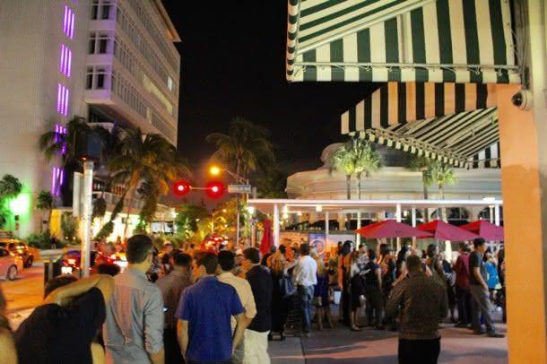 A fila por um ingresso em frente ao Colony Theatre para a cerimônia de encerramento do 19º Brazilian Film Festival of Miami (Foto: Bella Tavares)