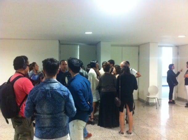 Grupo de jornalistas aguarda para falar com Camila Queiroz durante o Minas Trend (Foto: Heloisa Tolipan)