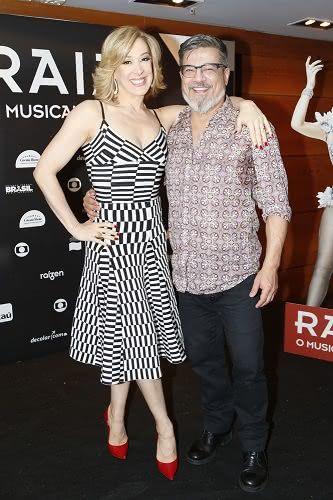 """Claudia Raia e o amigo-irmão Marcos Tumura, que divide o palco com a atriz em """"Raia 30 - O Musical"""" (Foto: AgNews)"""