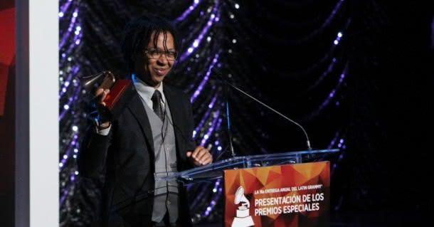 """Djavan ganha o gramofone de ouro do Grammy Latino 2015 pelo """"Conjunto da Obra"""" (Foto: Divulgação)"""