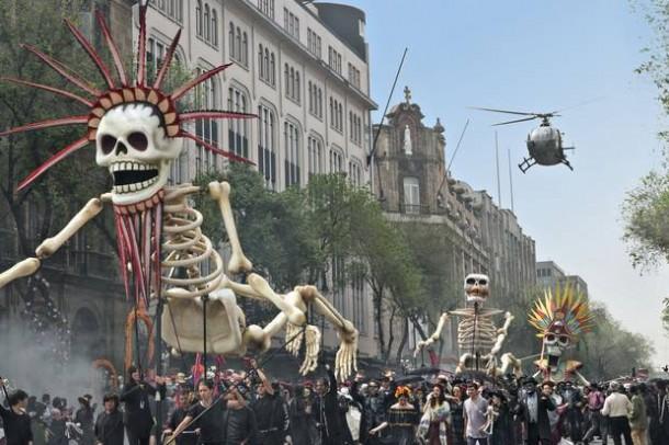 """Cena de abertura filmada no México mostra a grandiosidade da produção e do orçamento de """"Spectre"""" (Foto: Reprodução)"""