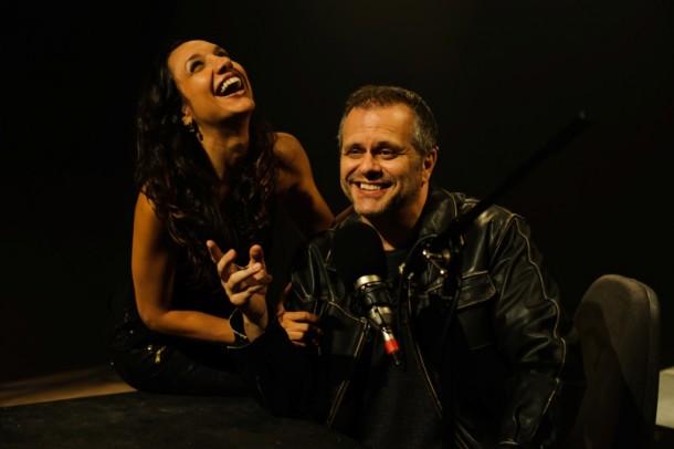 Maria Maya rindo ao lado de Leonardo Franco, o protagonista da peça, nos ensaios (Foto: Divulgação)