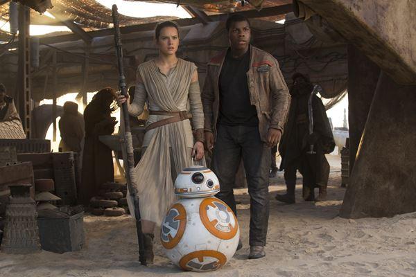 """Rey (Daisy Ridley) e Finn (John Boyega) em cena de """"Star Wars: O despertar da Força"""" (Foto: Divulgação)"""