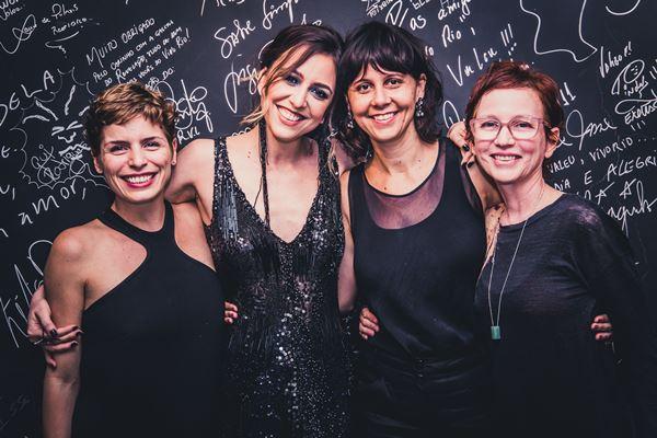 """Gabriela Gastal, Roberta Sá, Valeria Costa e Marcia Rubin nos bastidores da turnê de """"Delírio"""" (Foto: Divulgação)"""