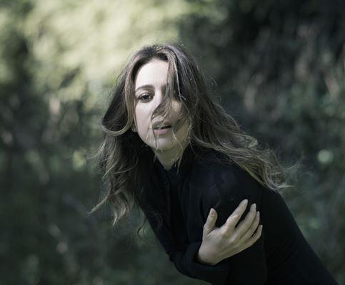 """Roberta Sá explica o conceito do álbum """"Delírio"""": """"Eu queria construir esse discurso no qual o papel da mulher fosse o de protagonista: é ela quem chega em casa do trabalho, cansada e querendo colo. Ela sofre por amor, mas também é rainha de bateria"""" (foto: Daryan Dornellas   Divulgação)"""