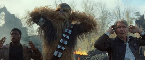 """Finn (John Boyega), Chewbacca e Han Solo (Harrison Ford) em cena de """"Star Wars: O despertar da Força"""" (Foto: Divulgação)"""