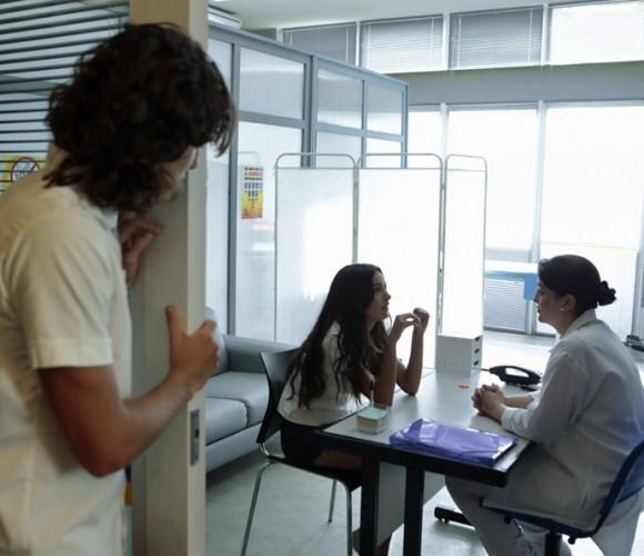 Luciana (Marina Moschen) vai à enfermaria tomar um coquetel após bater a cabeça com Thales (Foto: GShow | Divulgação)