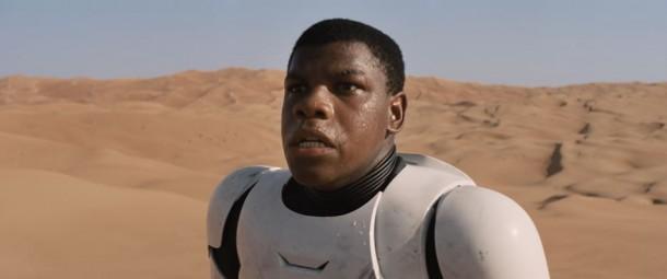 John Boyega em cena filmada no deserto de Abu Dhabi (Foto: Divulgação)