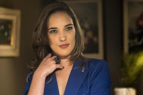 """Adriana Birolli vive a jornalista tendenciosa Lorena Domingos em """"Totalmente demais"""" (Foto: Divulgação)"""