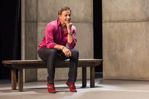Na peça, Magrini interpreta um policial gay (Foto: Divulgação)