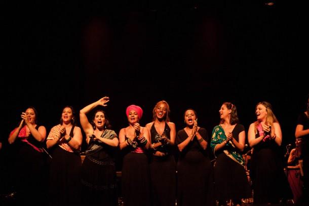Composto apenas por mulheres, o espetáculo traz questões como preconceito e violência de gênero