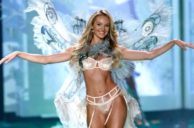 Candice Swanepoel desfilando toda a sua beleza no desfile da VVictoria's Secret