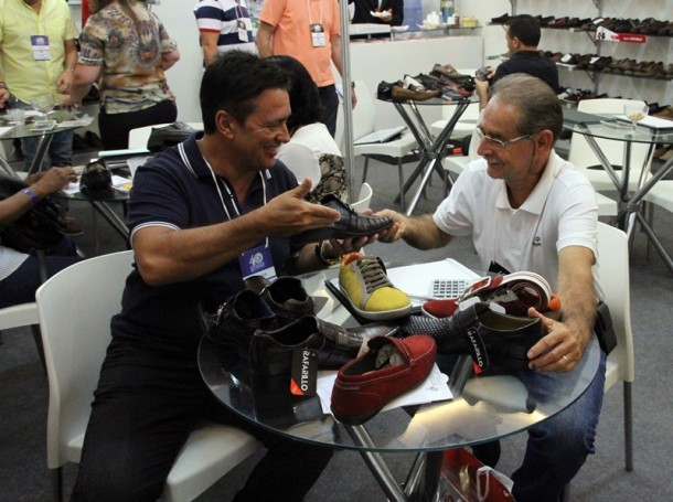 A última tendência em calçados, bolsas e outros acessórios e as negociações a pleno vapor (Foto: Henrique Fonseca)