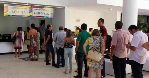 A fila de lojistas de Norte a Sul do país que estão em Natal para comprar as últimas novidades em calçados produzidos pelas grandes indústrias (Foto: Henrique Fonseca)