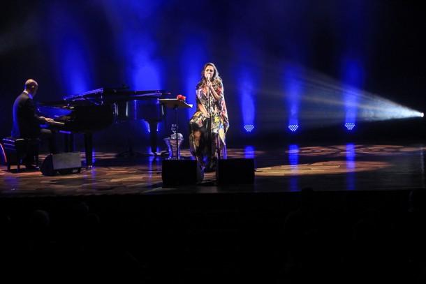 """Maria Rita acompanhada do pianista Tiago Costa no show """"Voz e piano"""" (Foto: AgNews)"""