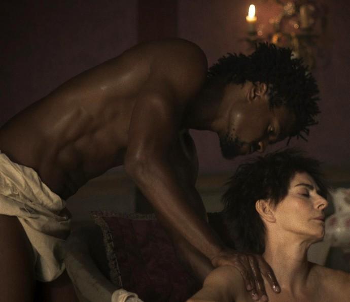 Saviano dando banho em Dionísia, na trama das 23h. (Foto: Divulgação)