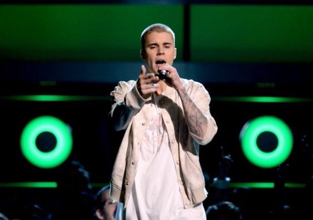 Justin Bieber aparece de novo visual (Foto: Divulgação)