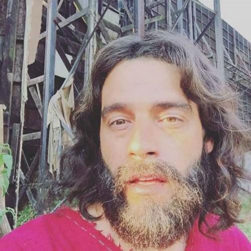 Na primeira temporada da novela, Guilherme usou mega-hair na caracterização de Moisés (Foto: Reprodução Instagram)