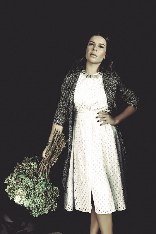 Vestido branco Eva (R$ 899,00) | Trench coat florido Karamello (R$ 299,90) | Colar ametistas e tanzanitas Tereza Xavier (preço sob consulta) | Braceletes M. Loures (R$ 249,00 cada) Foto: Daniel Benassi