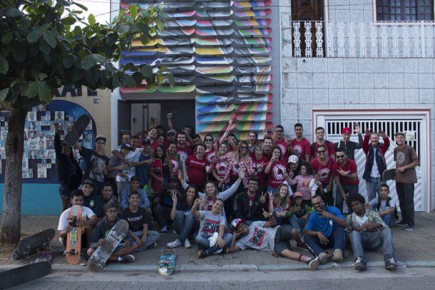 Funcionários da Levi's e alunos da ONG posam juntos após o Community Day (Foto: Divulgação)