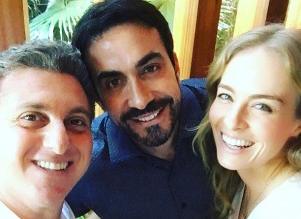 O casal posou com o Padre Fábio de Melo (Foto: Reprodução/Instagram)