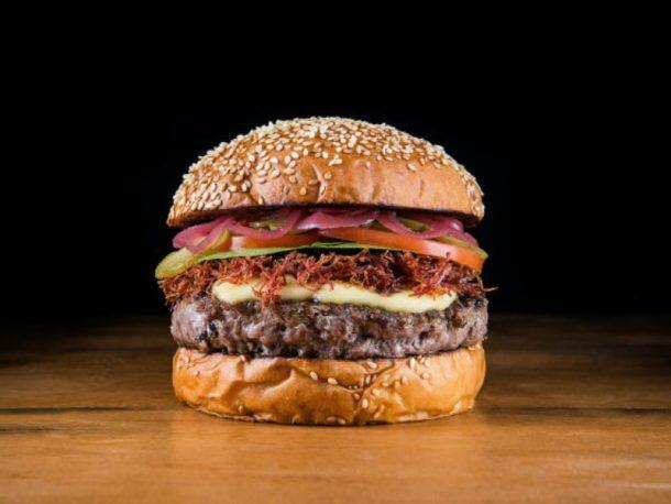 Neste sábado, 28, é dia internacional do hambúrguer! E só com essa foto já deu vontade de comemorar, né? (Foto: Reprodução)