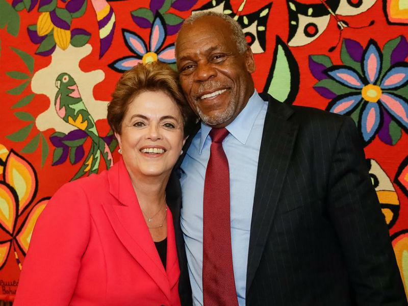 Ator Danny Glover em visita à presidente afastada Dilma Roussef, em Brasília (Foto: Reprodução)