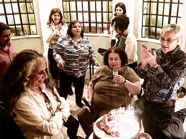 """A hora do """"Parabéns"""" para Maria Bethânia (Foto: Reprodução)"""