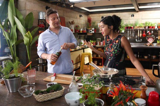 Jamie Oliver e Bela Gil em gravação especial em São Paulo (Foto: Divulgação)