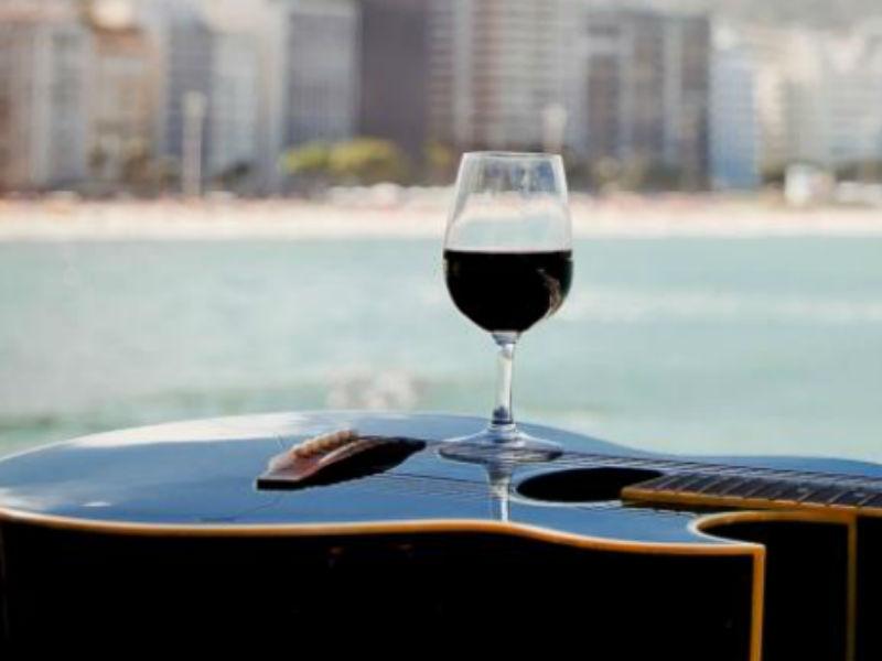 Que tal uma noite de vinho, bossa nova e jazz no friozinho carioca? (Foto: Reprodução)