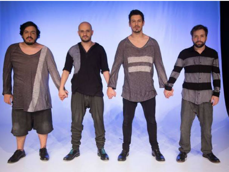 """Luis Lobianco, Gustavo Miranda, João Vicente de Castro e Gregório Duvivier no espetáculo """"Portátil"""" (Foto: Reprodução)"""