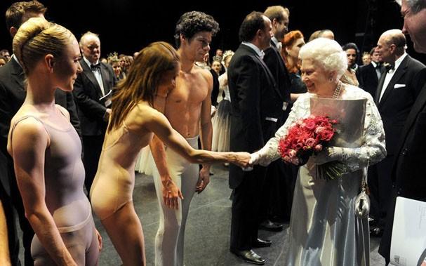O corpo de balé do Royal com a Rainha Elizabeth (Foto: Divulgação)