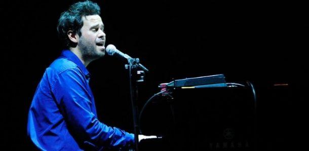 O cantor e compositor tocando piano em um show (Foto: Divulgação)