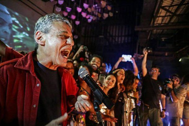 """Chico Buarque levantou a plateia com a canção """"Apesar de Você"""" (Foto: Divulgação)"""