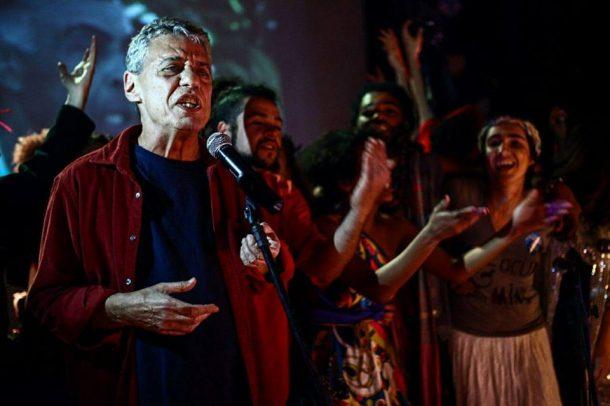 Chico Buarque faz aparição relâmpago na ocupação no Canecão (Foto: Divulgação)
